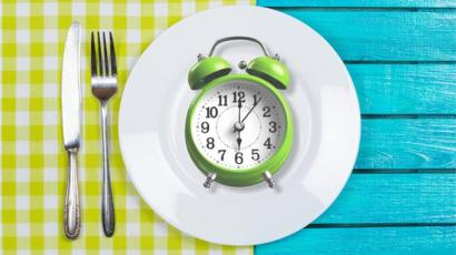 Why is intermittent fasting so popular? - BBC News