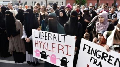 مظاهرة يشارك فيها نساء يرتدين البرقع