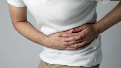 ¿Qué puede causar micción frecuente y dolor abdominal?