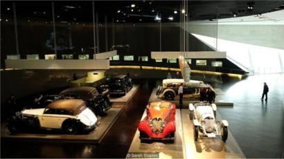 Museu dedicado à cultura automotiva, com carros clássicos, no sul da Alemanha