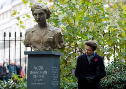 الأميرة آن، ابنة الملكة إليزابيث خلال حفل إزاحة الستار عن تمثال نور عنايت خان