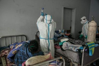 Personnel soignant s'occupant de malades