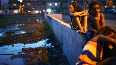 Niñas en un barrio humilde en Brasil