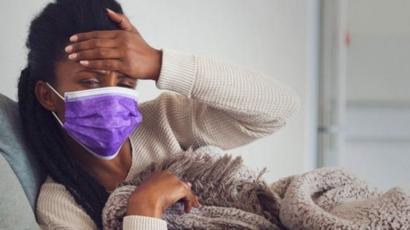 Mulher doente usando máscara