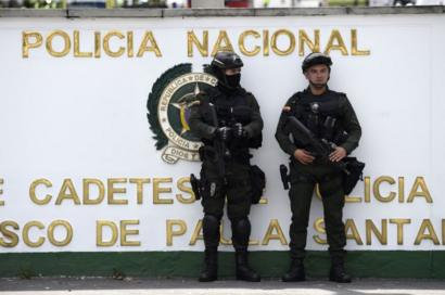 Policías al exterior de la academia