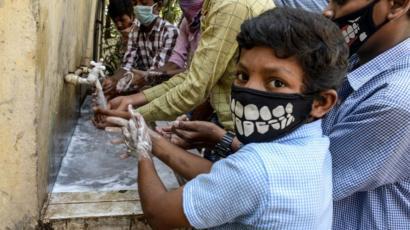Hindistan'ın güneyinde çocuklar ellerini yıkıyor
