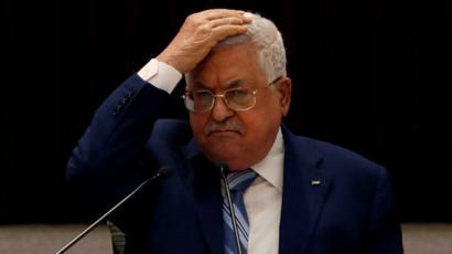 El presidente Mahmoud Abbas se lleva las manos a la cabeza durante una reunión con el líder palestino (18 de agosto de 2020)
