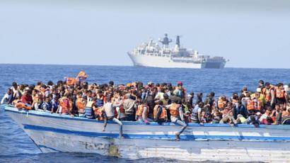 تقول جماعات الإغاثة إن استهدافها يعرض حياة المهاجرين للخطر