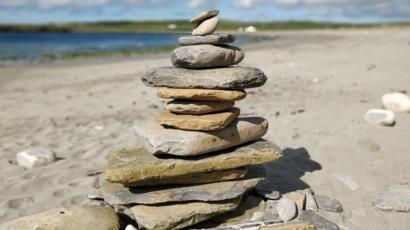 Beaches 'spoiled': Should rock stacking be banned? - BBC News