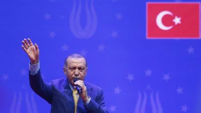 أردوغان يحيي أنصاره خلال خطابه في سراييفو