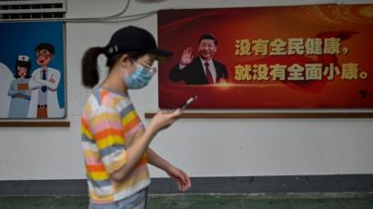 Una mujer camina por una calle de Wuhan.