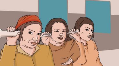 Mujeres escuchan en una puerta