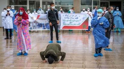 Paciente recuperado da covid-19 beija o chão de hospital no Marrocos