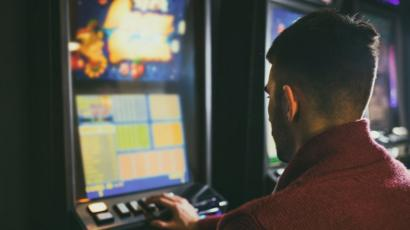 Problem gambling: Why do some people become addicted? - BBC News