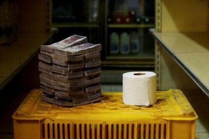Rolo de papel higiênico ao lado de 2.600.000 bolívares
