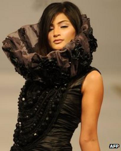 Models Have Fun As Pakistan Fashion Grows Up Bbc News