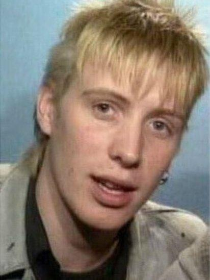 Ai ar ôl gweld y llun hwn ddaethon nhw lan gyda'r enw 'Spike' i gymeriad Rhys Ifans yn 'Notting Hill'?