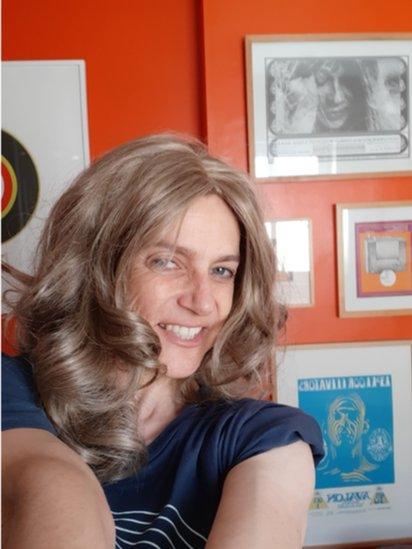 Gwenith mewn wig melyn fel Caitlin Thomas