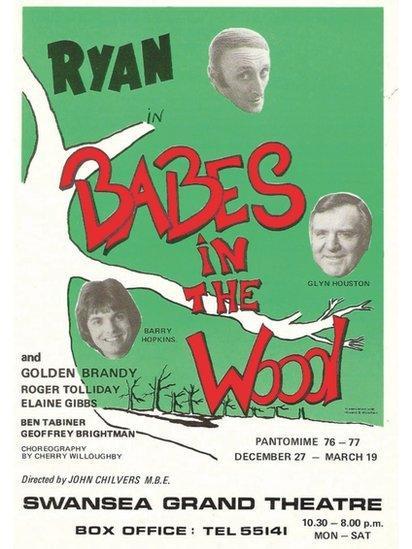 Ryan yn ymddangos gyda Glyn Houston yn 1976/7 (panto olaf Ryan cyn iddo farw yn Efrog Newydd) // Ryan appeared with Glyn Houston in his final panto in 1976/7