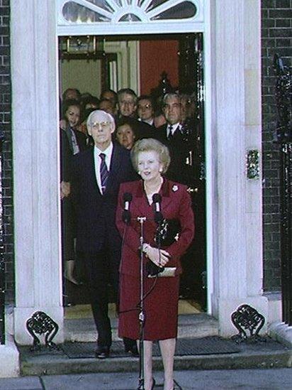 Yn 1990 fe adawodd Downing Street am y tro olaf fel Prif Weinidog ar ôl i John Major ennill ras arweinyddol y blaid