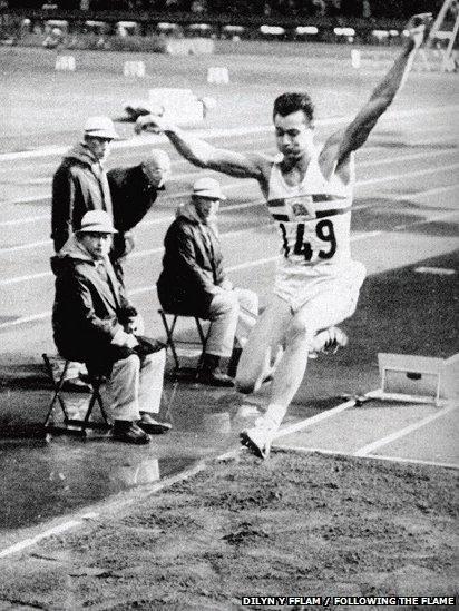 Naid medal aur Lynn Davies, Gemau Olympaidd Tokyo ym 1964 // Lynn 'the Leap' Davies' gold medal-winning long jump at the Tokyo Olympic Games in 1964
