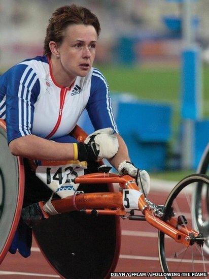 Y rasiwr cadair olwyn Tanni Grey-Thompson yn dathlu llwyddiant yng Ngemau Paralympaidd Barcelona ym 1992 // Wheelchair racer, Tanni Grey-Thompson, celebrating her success in the 1992 Paralympic Games in Bercelona