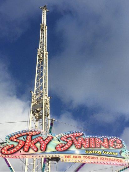 Sky Swing yng Ngŵyl y Gaeaf Caerdydd