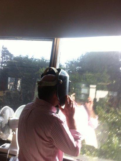 Garry Owen, cyflwynydd Taro'r Post ar Radio Cymru yn dilyn esiampl yr uchod