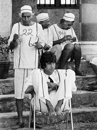 Amitabh Bachchan with extras during a film shoot (Photo: Pablo Bartholomew)