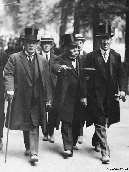 Llun o David Lloyd George, Georges Clemenceau (Prif-weinidog Ffrainc) , ac arlywydd America, Woodrow Wilson ar eu ffordd i gyhnadledd heddwch Versailles