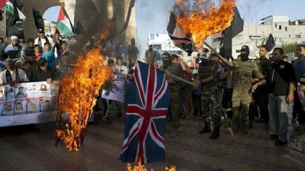 палестинские демонстранты жгут британский флаг