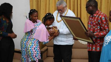 Les jumelles et leurs parents ont remis une plaque à l'ancien Président et l'ont orné de perles pour lui exprimer leur reconnaissance pour son soutien. L'opération de séparation a été réussie par l'hôpital universitaire Korle Bu en 1999, trois mois après leur naissance.
