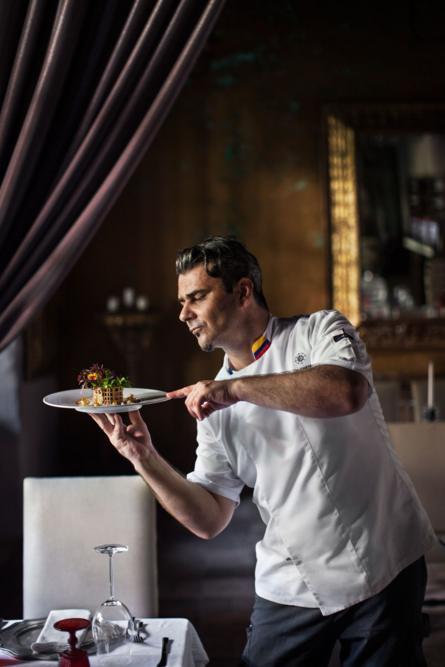 Kolombiya'nın Cartegena kentindeki bir otelde yaptığı yemeği sunan bir şef