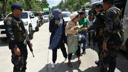 polisi periksa warga Marawi