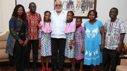 Lydia et Linda, qui vivent à Odumase Krobo, ont récemment terminé leurs études secondaires à Akwamuman Senior High, Akosombo et espèrent étudier la médecine à l'université. Le Dr Appeadu-Mensah a expliqué à l'ancien président que les deux jumelles étaient réunies dans l'abdomen et partageaient le même foie.