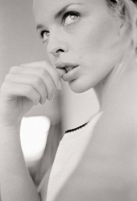 """فنانة كيلي مينوغ، في استوديو """"تشوك فارم"""" في شمالي لندن عام 1994"""