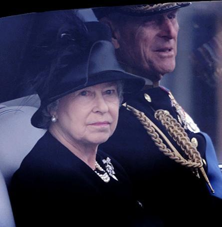 Rời tang lễ của Thân mẫu Nữ hoàng Anh năm 2002.