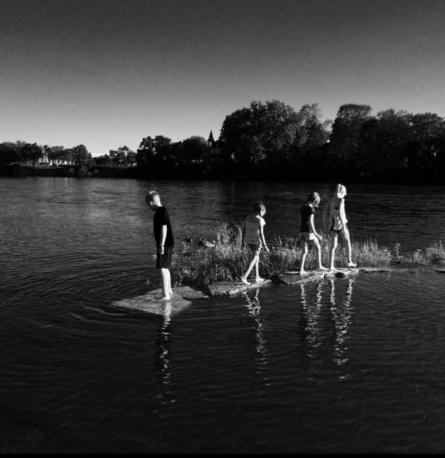 أطفال يلعبون في الماء