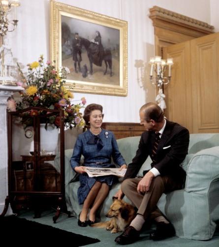 Những năm 70: Nữ hoàng và Hoàng tế thư giãn tại Lâu đài Balmoral với chú chó Tinker.