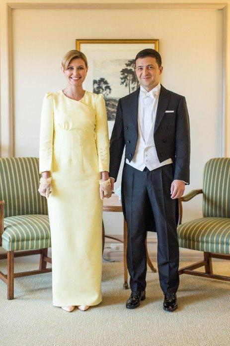 Ця сукня від українського дизайнера Івана Фролова, у якій Олена була під час інтронізації імператора Японії, викликала величезний скандал. У соцмережах обурювались, що нібито жовтий колір - це неповага до імператора. Згодом дипломати це офіційно спростували