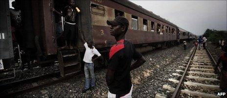 A Mozambican waits outside a train at the Semacueza station - November 2010