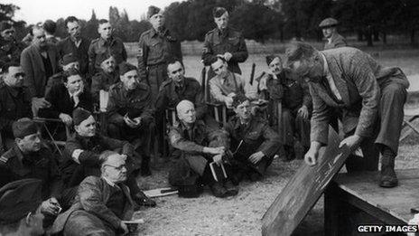 Aelodau o'r Gwarchodlu Cartref yn cael eu hyfforddi ym 1940.