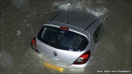 Vauxhall Corsa yn y môr