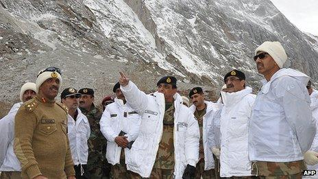 Gen Ashfaq Kayani (C) visiting the Siachen glacier