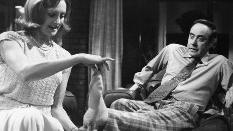 Victor Spinetti fel George ac Elizabeth Proud fel ei wraig