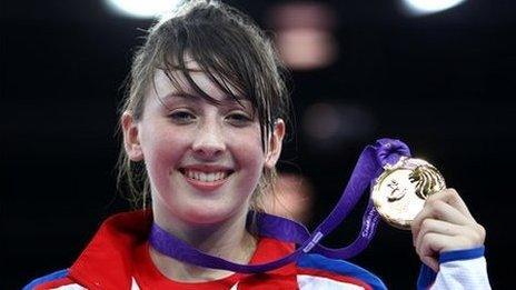Jade Jones gyda'i medal aur yn y Gemau Olympaidd Ieuenctid yn 2010