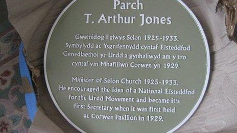 Y plac i gofio cyfraniad y parchedig T Arthur Jones