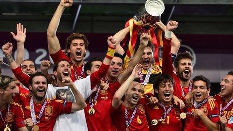 Chwaraewyr Sbaen yn dathlu ennill Euro 2012