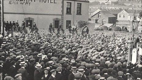 Gweithwyr yn ystod streic 1911 yn llanelli.Llun: Gwasanaeth Llyfrgelloedd Llanelli