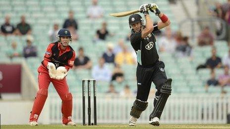 Sgoriodd Kevin Pietersen 43 i Surrey yn erbyn Morgannwg